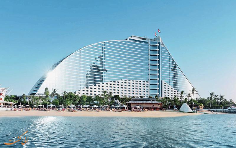 فندق جميرا بيتش دبي يطل على البحر في المدينة الصحراوية