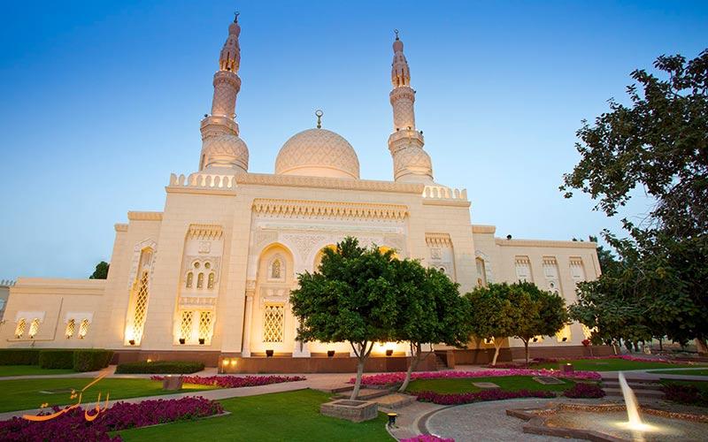 إضاءة جميلة في مسجد جميرا في دبي