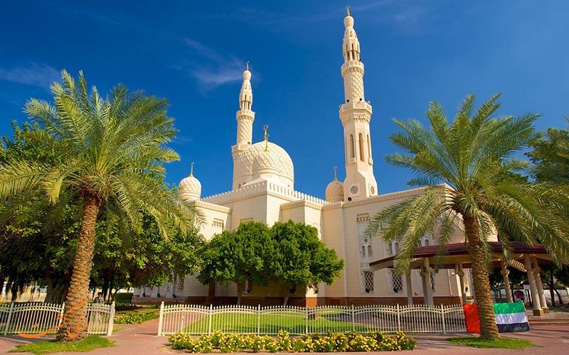 يقع مسجد الجميرا أيضًا في أحد أرقى الشواطئ السكنية والفاخرة في دبي