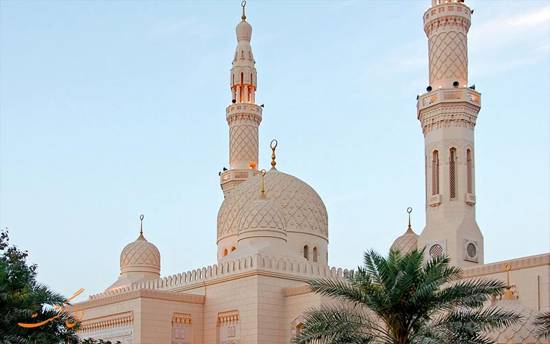 يُسمح لجميع الأتباع الدينيين الآخرين بالدخول إلى مسجد الجميرا وليس هناك قيود على السفر.