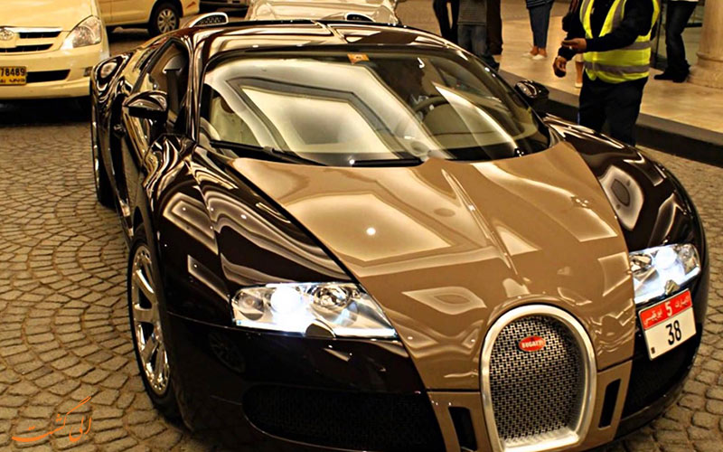سيارة فاخرة في شوارع دبي