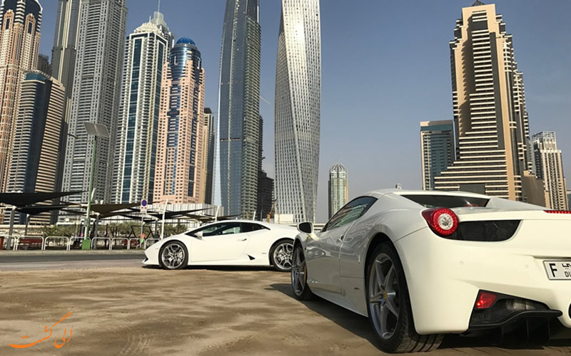 السيارات الفاخرة بجانب المباني العالية في دبي
