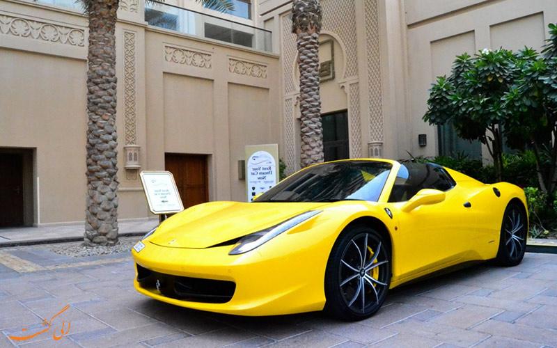 سيارة رياضية صفراء في دبي