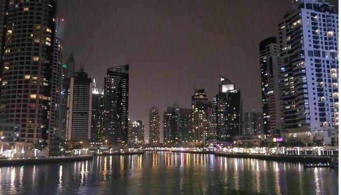 استكشاف الحياة الليلية في المدينة الجميلة
