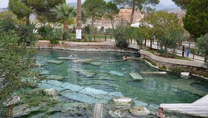 انقع في حوض Pamukkale العتيق