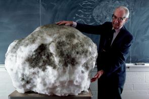 "Rosetta_comet_history_Fred_Whipple_295 ""height ="" 197 ""width ="" 295"