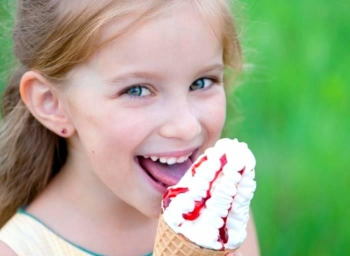 طفل يأكل الآيس كريم