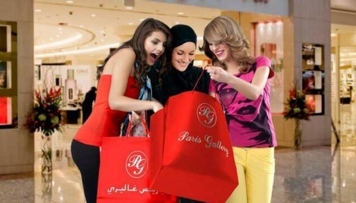 3 فتيات صغيرات يستمتعن بالتسوق في سوق في دبي