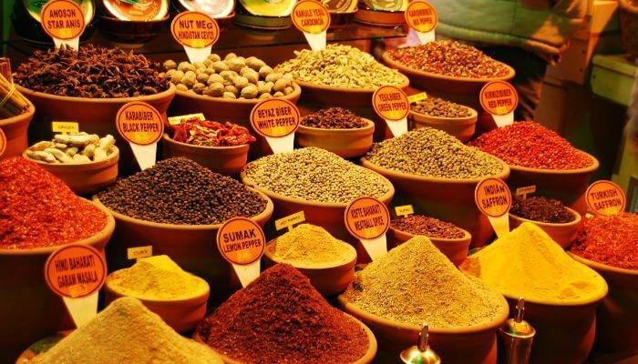 مجموعة كبيرة ومتنوعة من البهارات والفواكه الجافة في البازار المصري
