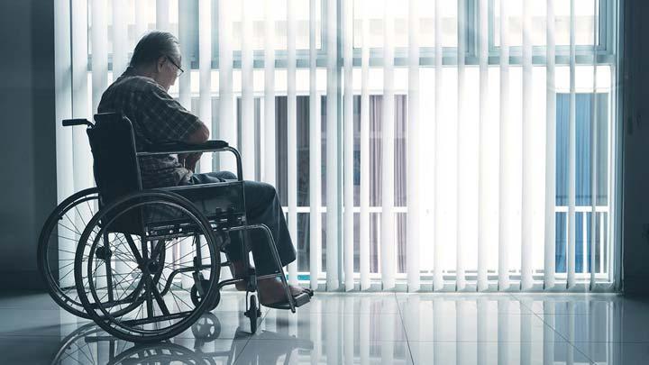 الاكتئاب لدى المسنين - الاكتئاب المسنين يحدق من النافذة