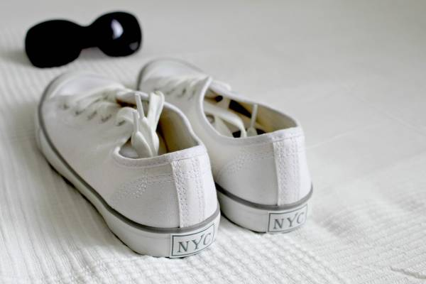 أحذية بيضاء
