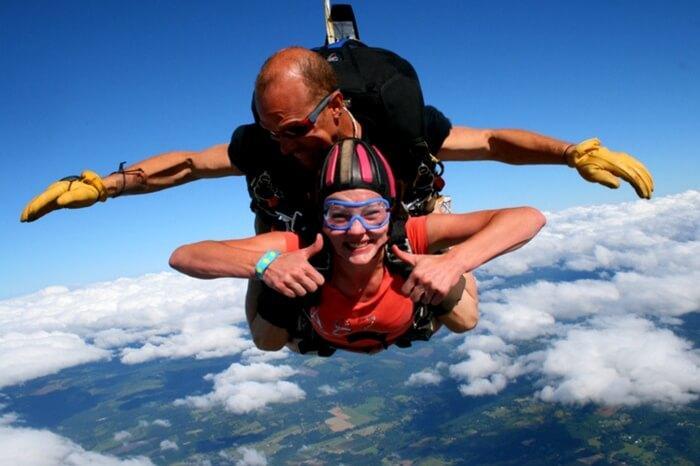 سكيديفر يأخذ ترادفي القفز بالمظلات في نيوزيلندا