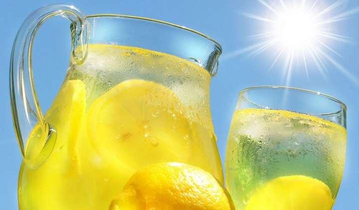 اشرب الماء مع الليمون لتقليص حجم البطن