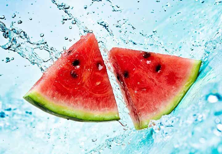 الماء الموجود في البطيخ يبقيك باردًا ويرطب جسمك.
