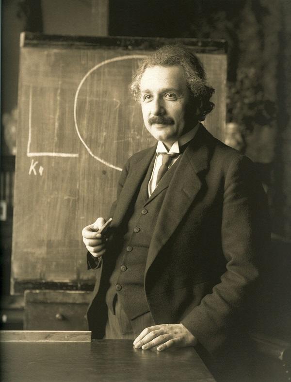 ألبرت أينشتاين 0