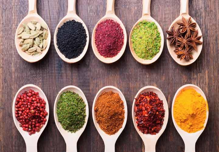 تعمل الأعشاب على رفع درجة حرارة الجسم وتسريع عملية التمثيل الغذائي ويجب عدم تناولها بكثرة في الصيف.