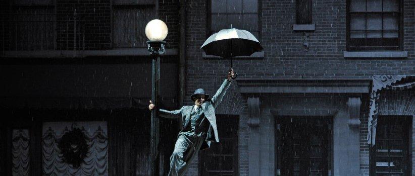 الأغنية تغني تحت المطر