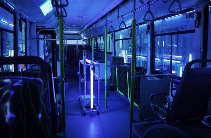 استخدام الأشعة فوق البنفسجية لتطهير الأسطح ، بما في ذلك الحافلات