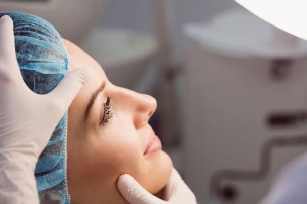 العناية الكاملة بعد الإبرة والتدريب على غسل الوجه