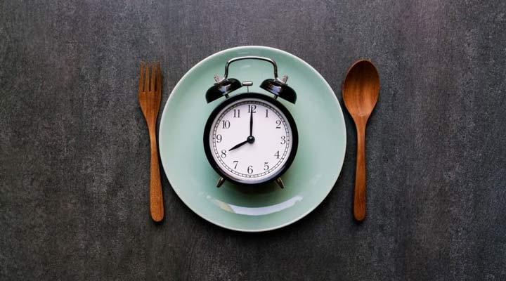 ما هو أفضل وقت لتناول العشاء لإنقاص الوزن؟  - تناول العشاء في وقت متأخر له تأثير سلبي معنوي على قدرة الجسم على حرق الدهون.