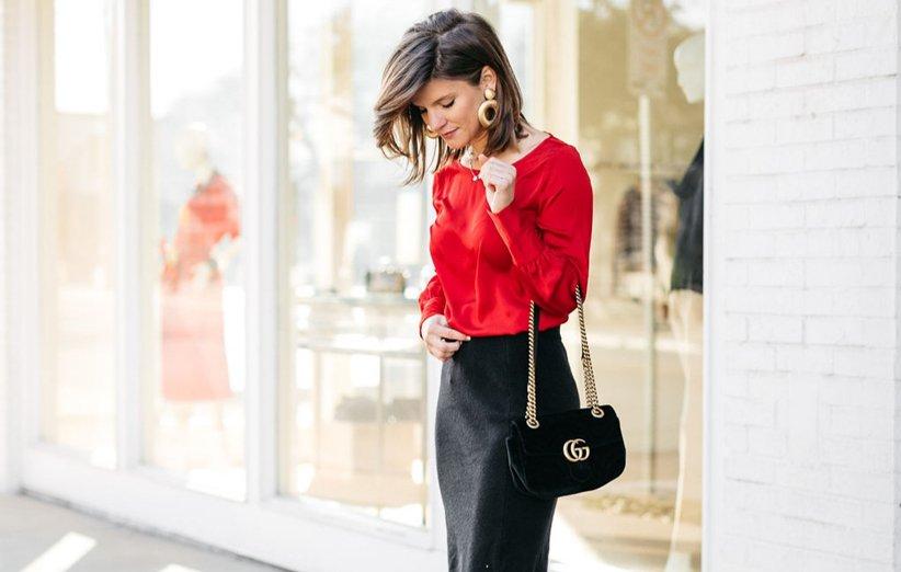 حذاء أحمر وتنورة سوداء قصيرة لارتدائها ليلة يلدا