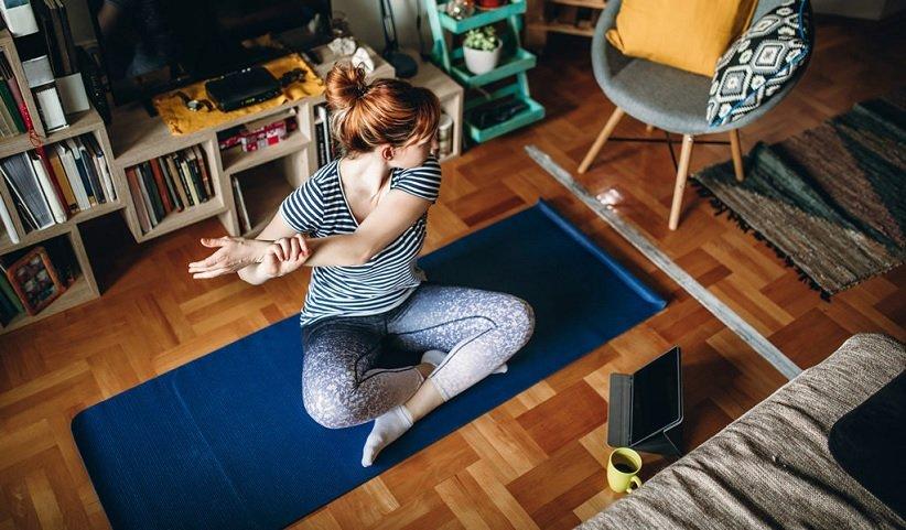 اللياقة في عام 2021 عن طريق القيام بحركات اليوجا