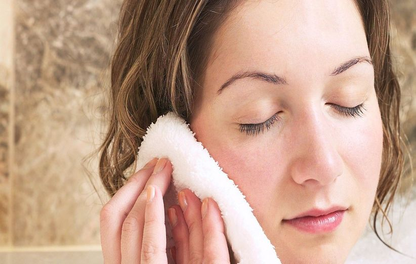 ضع قطعة قماش دافئة على أذنك لتخفيف احتقان الأذن
