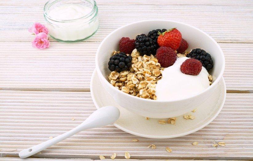 لمنع الإفراط في تناول الطعام بعد التمرين ، تناول أطعمة ذات مؤشر سكر دم منخفض