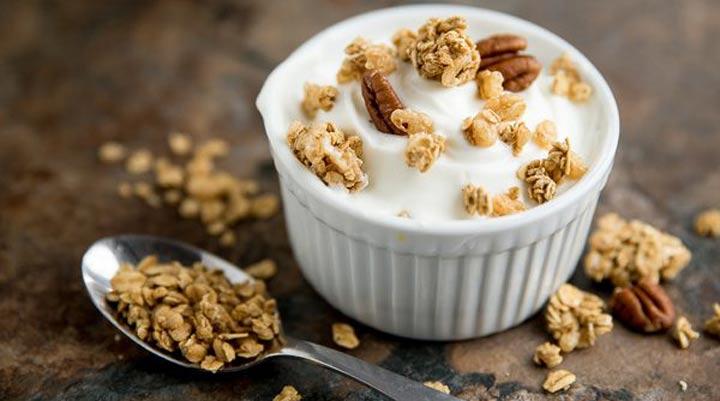 ما هو أفضل وقت لتناول العشاء لإنقاص الوزن؟  إذا بقيت مستيقظًا لوقت متأخر ، فإن تناول وجبة خفيفة في المساء يمكن أن يقلل من شهيتك لتناول العشاء.