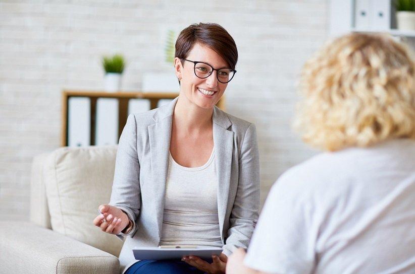 مستشار النجاح يتحدث إلى العملاء