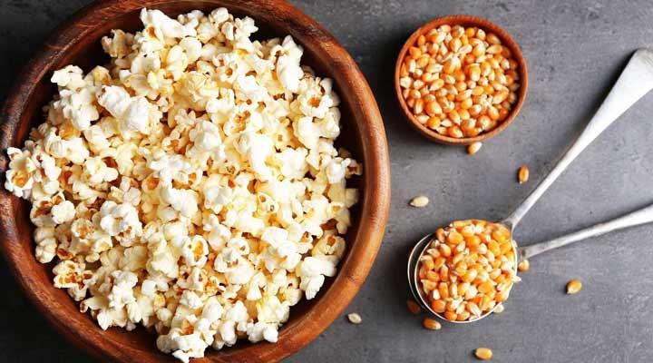 الفشار محلي الصنع هو واحد من ثمانية أطعمة صحية ومغذية لفترة مشاهدة الأفلام.