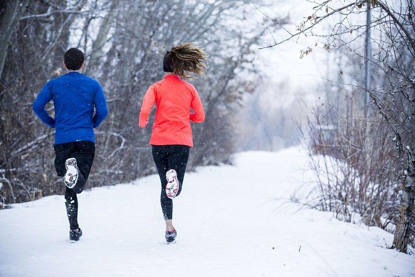 2 شخص يركضون على الثلج