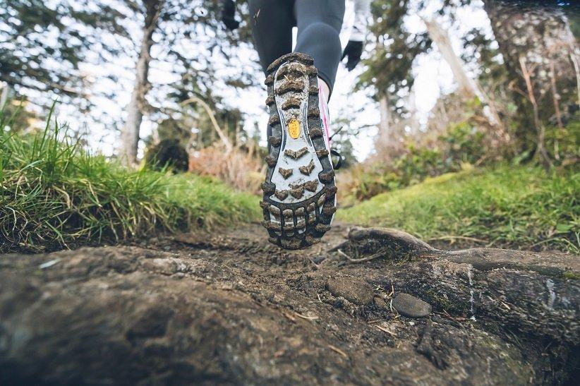 حذاء رياضي تريل بنعل سميك وأسنان مسننة