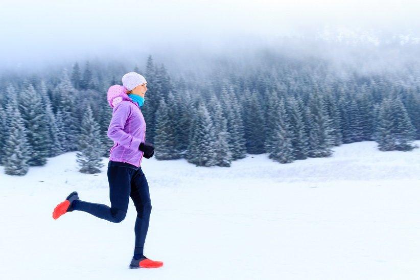 الركض على الثلج مع سترة شتوية