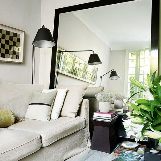 مرآة في تخطيط غرفة معيشة صغيرة