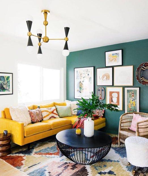 جدار خاص في تصميم غرفة معيشة صغيرة