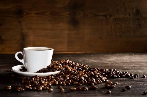 يشرب القهوة