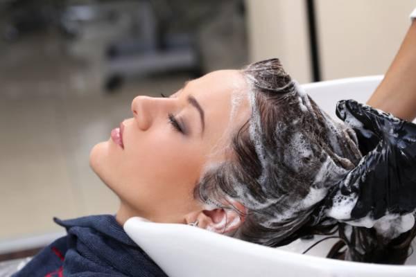 طرق التخلص من زيت الشعر