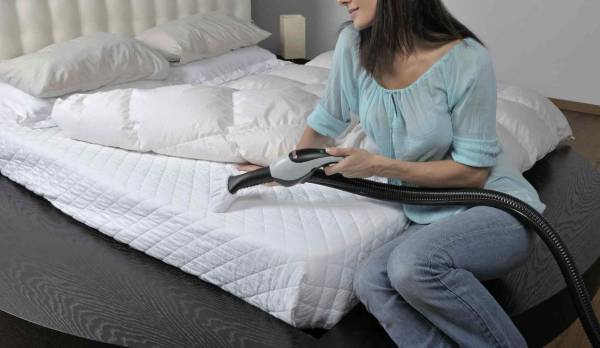نظف السرير بالمكنسة الكهربائية