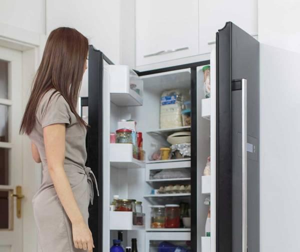 يفتح ويغلق في الثلاجة