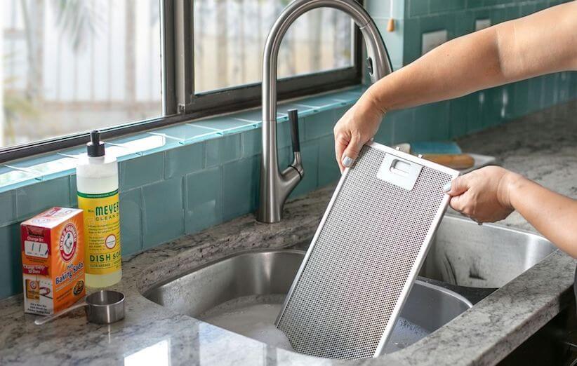 10 خطوات لتنظيف شفاط المطبخ - ضع المرشحات في الحوض