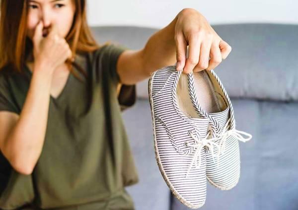 يزيل رائحة الأحذية