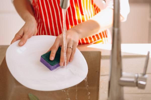 إسفنجة مناسبة للأطباق