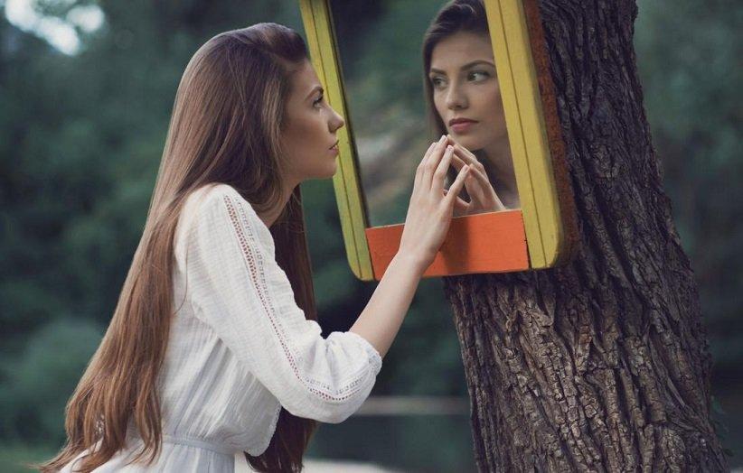 فتاة نرجسية تنظر في المرآة