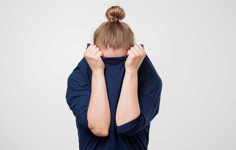 امرأة تعاني من اضطراب القلق الاجتماعي