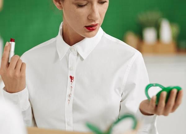بقعة أحمر الخدود على قطعة قماش بيضاء