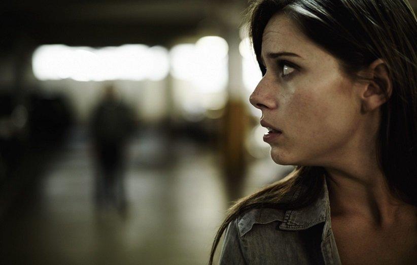 امرأة قلقة مع اضطراب الشخصية بجنون العظمة