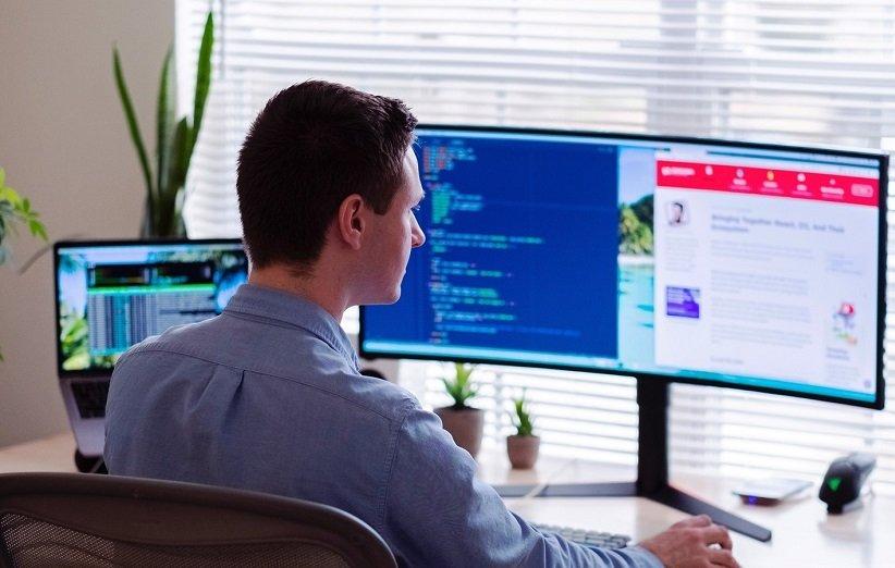 النظر إلى أجهزة الكمبيوتر والهواتف المحمولة لفترة طويلة يضر بالعيون
