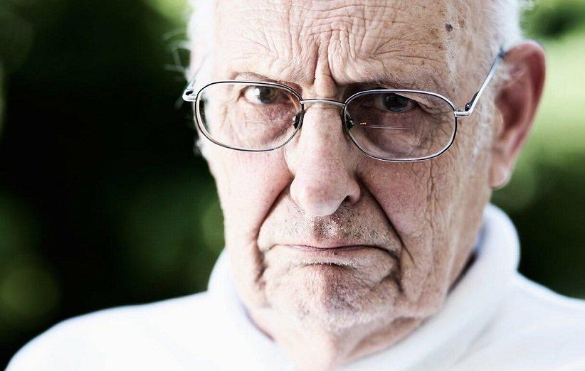 الرجل العجوز المتشكك مصاب بجنون العظمة بشأن اضطراب شخصيته
