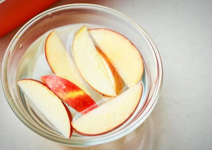 تفاح في ماء مملح